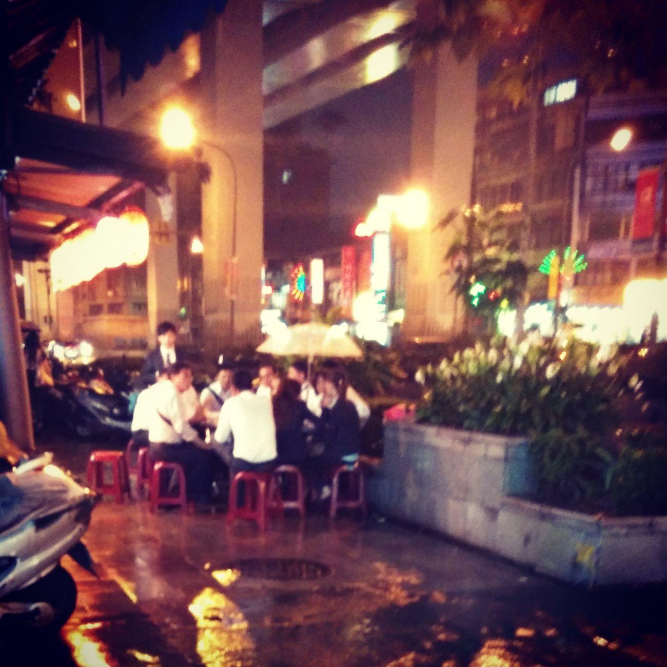 昨夜下著雨,還有人打著雨傘吃著飯 Eating Dinner Relaxing Rain