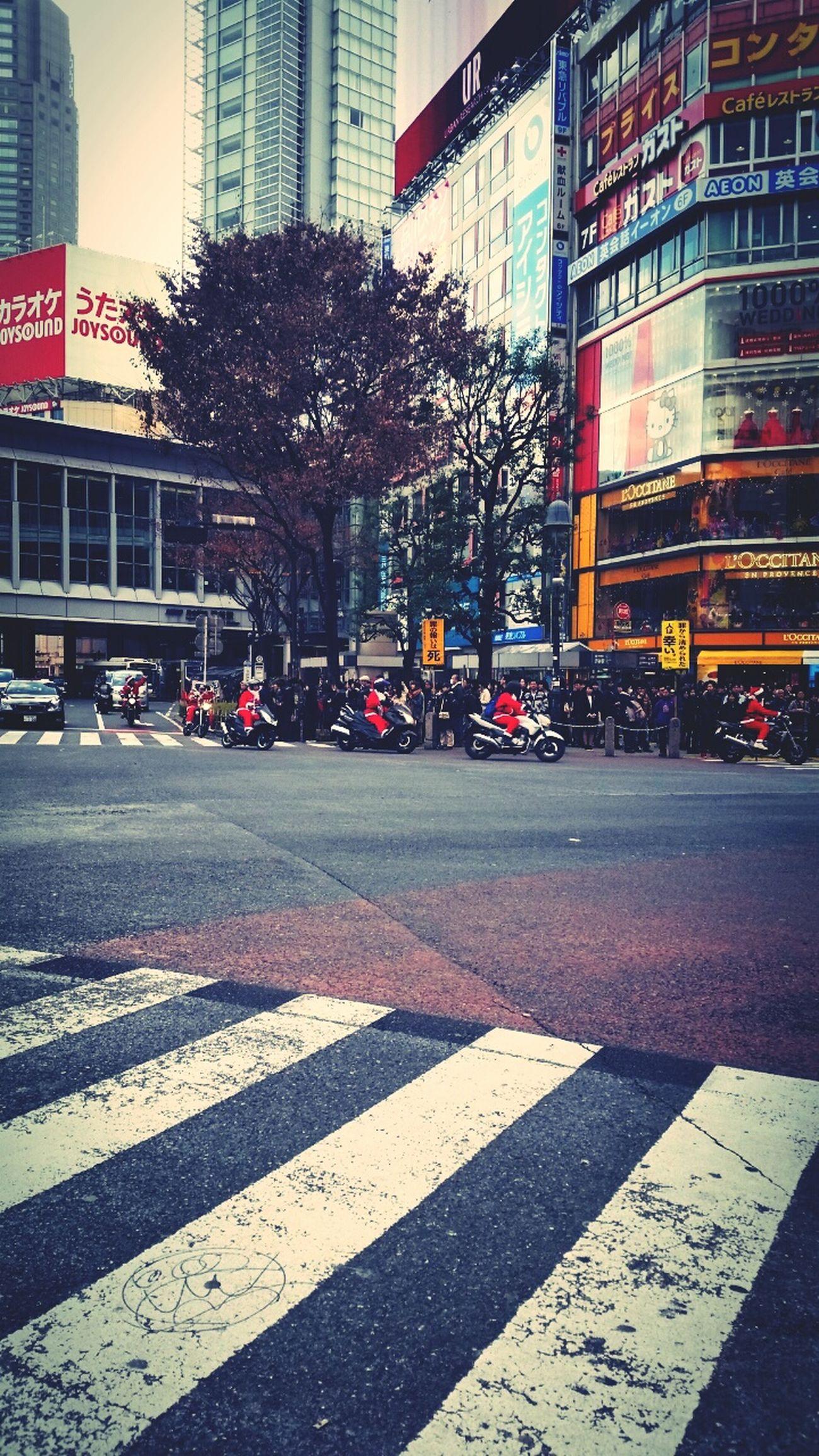 渋谷、スクランブル交差点にサンタ族。