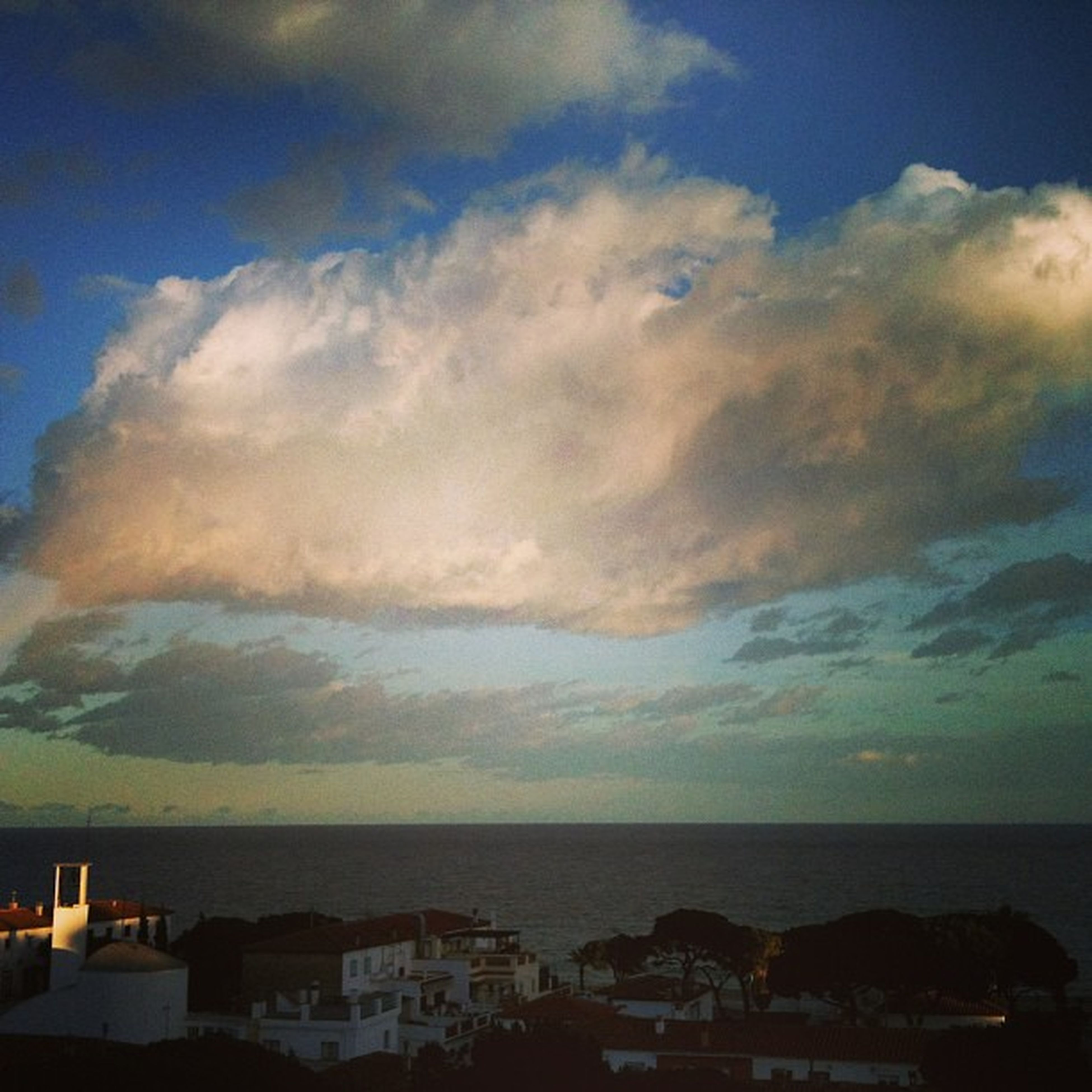 sea, sky, horizon over water, building exterior, architecture, built structure, cloud - sky, water, scenics, beauty in nature, cloudy, cloud, tranquil scene, nature, tranquility, house, blue, residential structure, outdoors, residential building