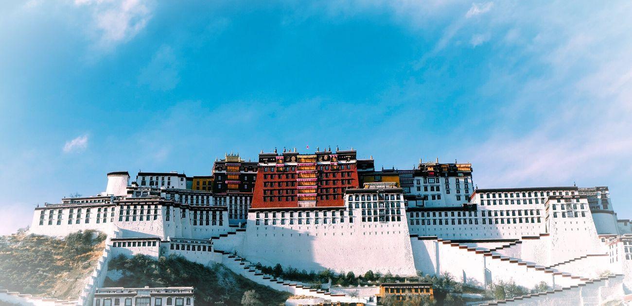 虽然这个角度被世人用烂了,但是当布达拉宫真的呈现在我面前的时候,我还是无法抵抗的按下了快门 富士 Xizha 西藏 First Eyeem Photo