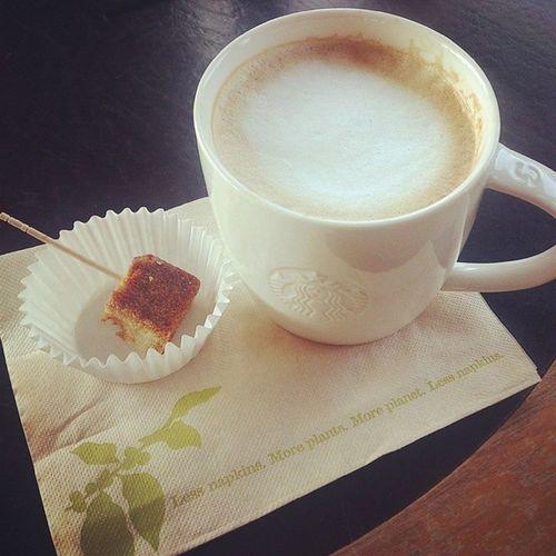20131209 朝からスタバでのんびり♪ 試食もらえたー(´▽`)♡ Starbucks Latte Coffee & Espresso cake [Caramel Macchiato] Starbuckscoffee Starbucks スタバ ぼっち