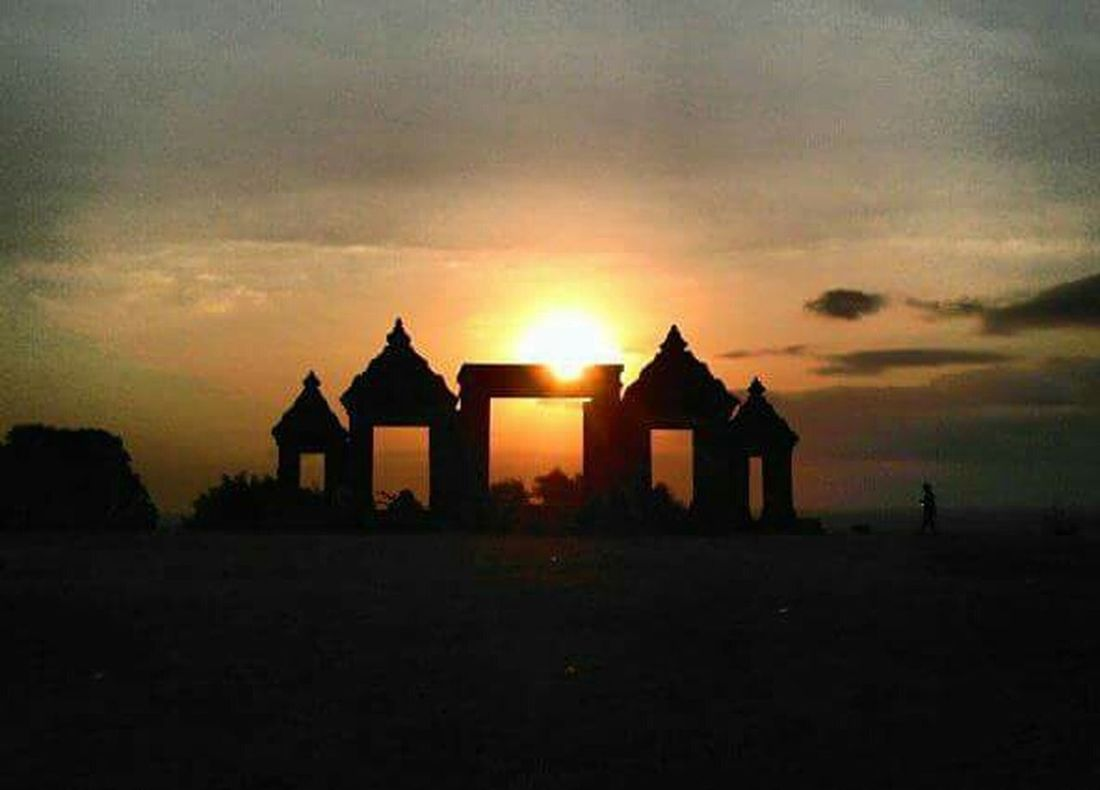 Silhouette Enjoying The Sunset EyeEm Best Shots - Sunsets + Sunrise Traveling EyeEm Indonesia The Purist (no Edit, No Filter) Sky And Clouds Protecting Where We Play Temple EyeEm Nature Lover Seeing The Sights My Best Photo 2015