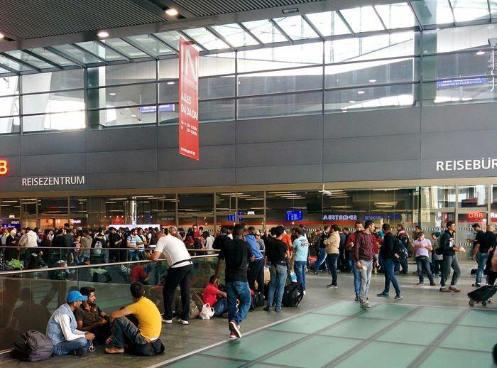 Vienna Wien Hauptbahnhof Refugees Imigrantes Östereich Austria