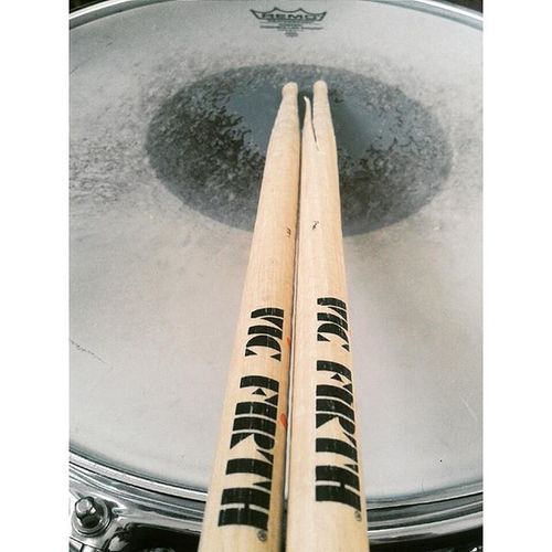Por que se rompen tan rápido?? Brokenstick Need Tobuy A Newone Vicfirth Vf15 Awasomesticks Drummer Drumdayisover