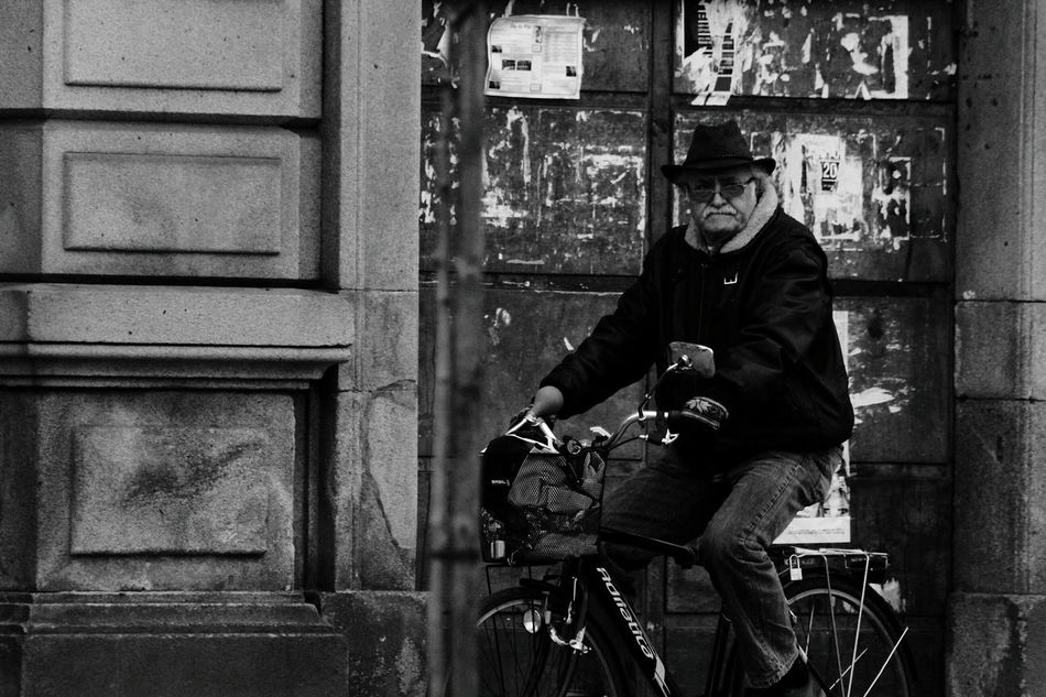One Man Only Only Men Adults Only Bicycle Outdoors One Person Adult Men People Day Blackwhite Black & White Photography Portugal Oficial Fotos Colection EyeEm© Blackandwhitephoto Black And White Collection  Portugal Portugal_daminhajanela Cityscape Cyclinglife Cycle Of Life Cycle