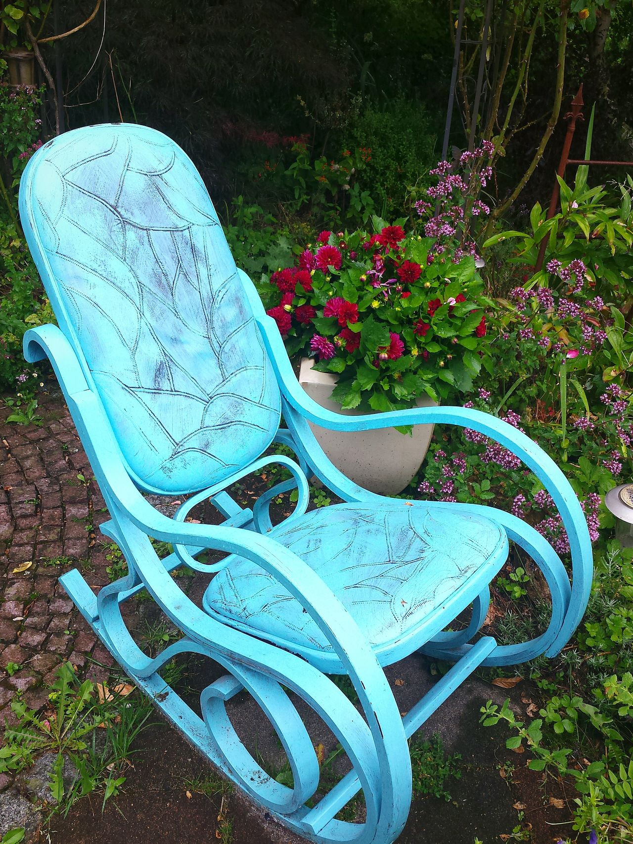 in a 'buddhistic' garden.... Garden Decor Garden Decoration Schaukelstuhl Painted Wood Still Life Stillleben Flowers Flowers, Nature And Beauty Flowers,Plants & Garden Hello World Come And Sit With Me For A While... Sit Down Have A Seat Have A Seat And Relax Have A Seat? Ladyphotographerofthemonth Showcase August Enjoying Life Turquoise Chairs Red Flowers Colour Splash Farbkontraste Colour Of Life
