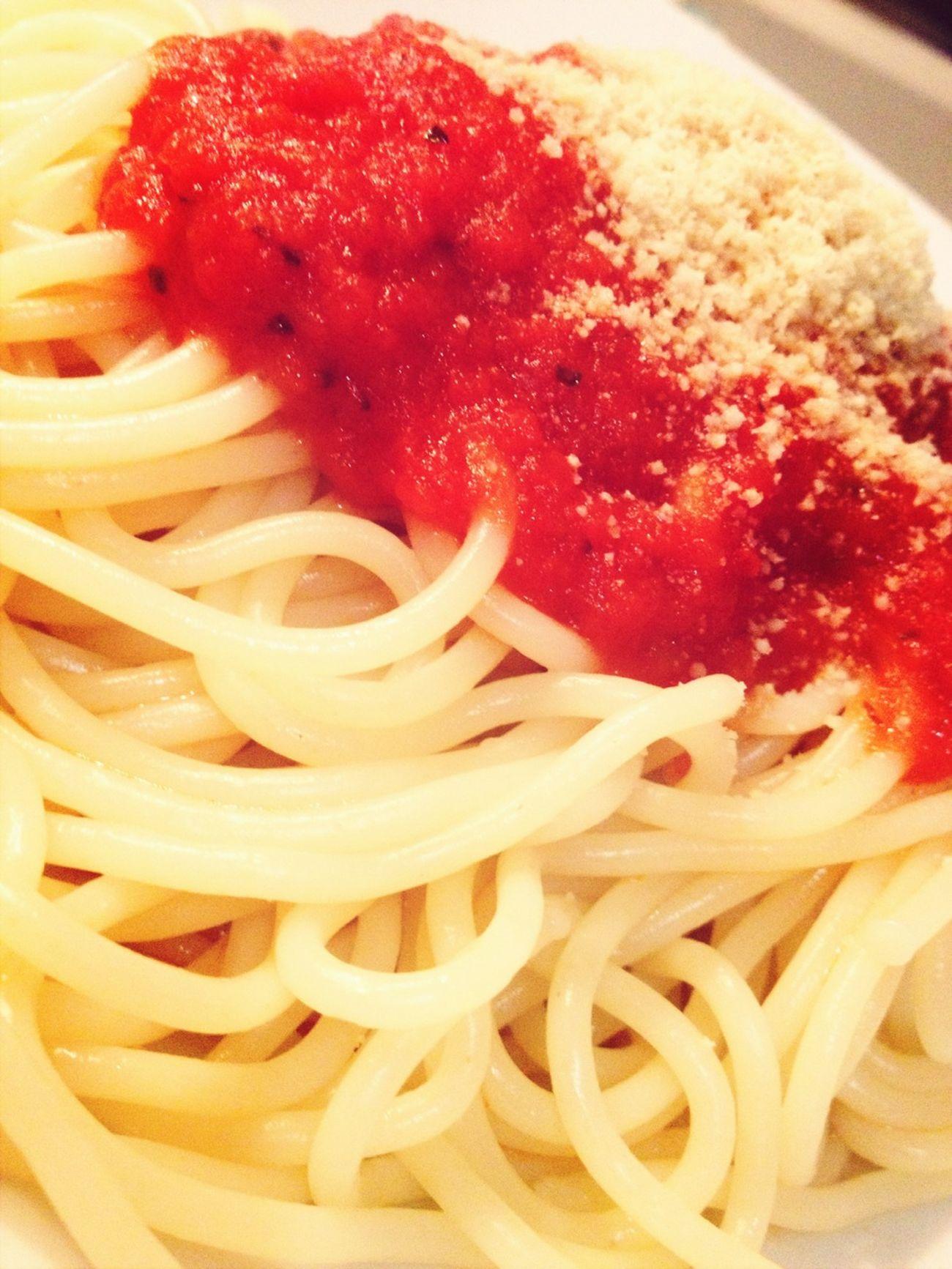 Spaghetti con salsa di pomodoro e parmigiano