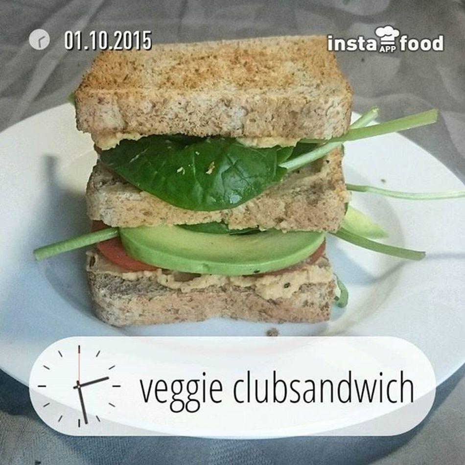 Sandwich mit Hummus, Tomate, Avocado und Spinat. Hellofresh