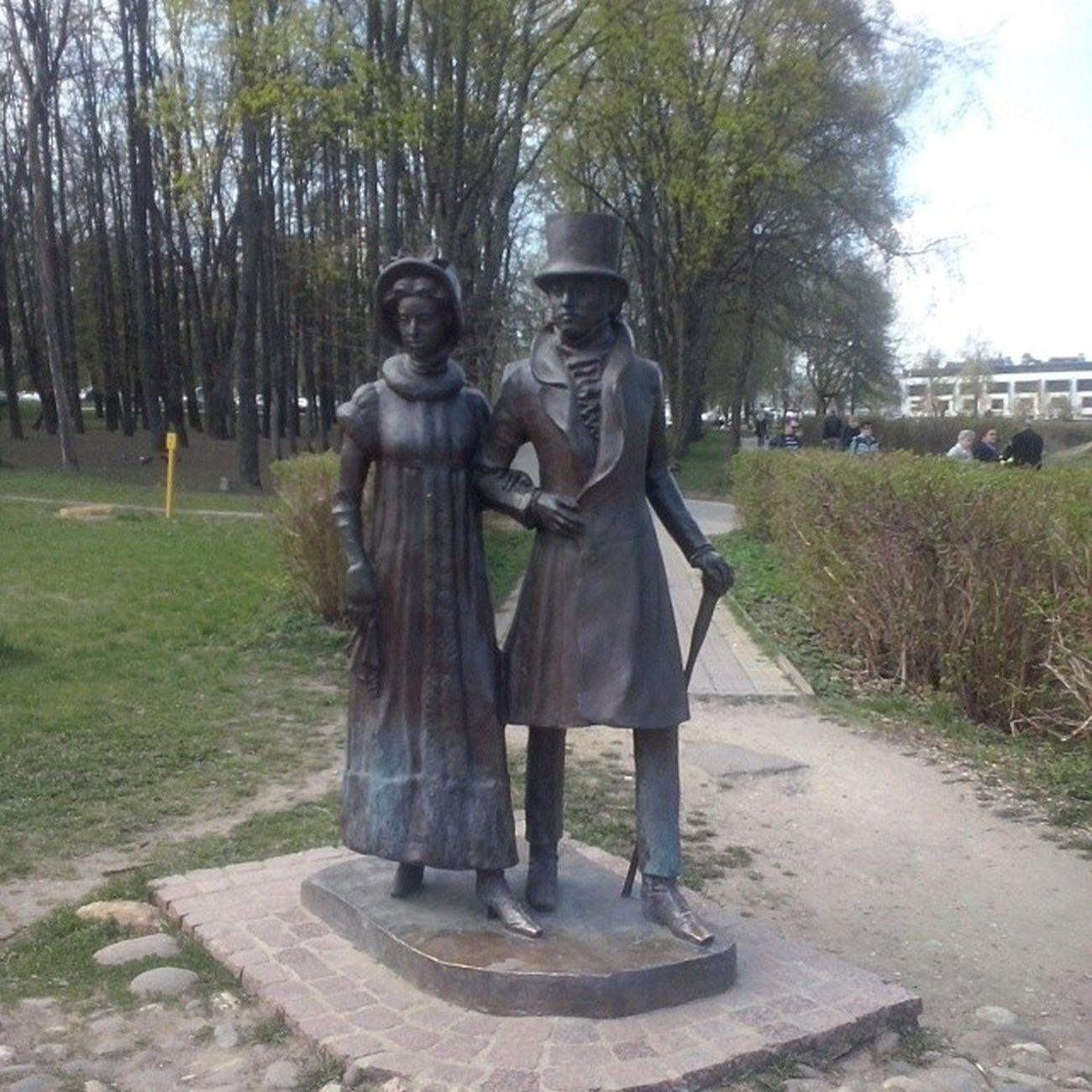 """Статуя """"Влюбленные на прогулке"""""""