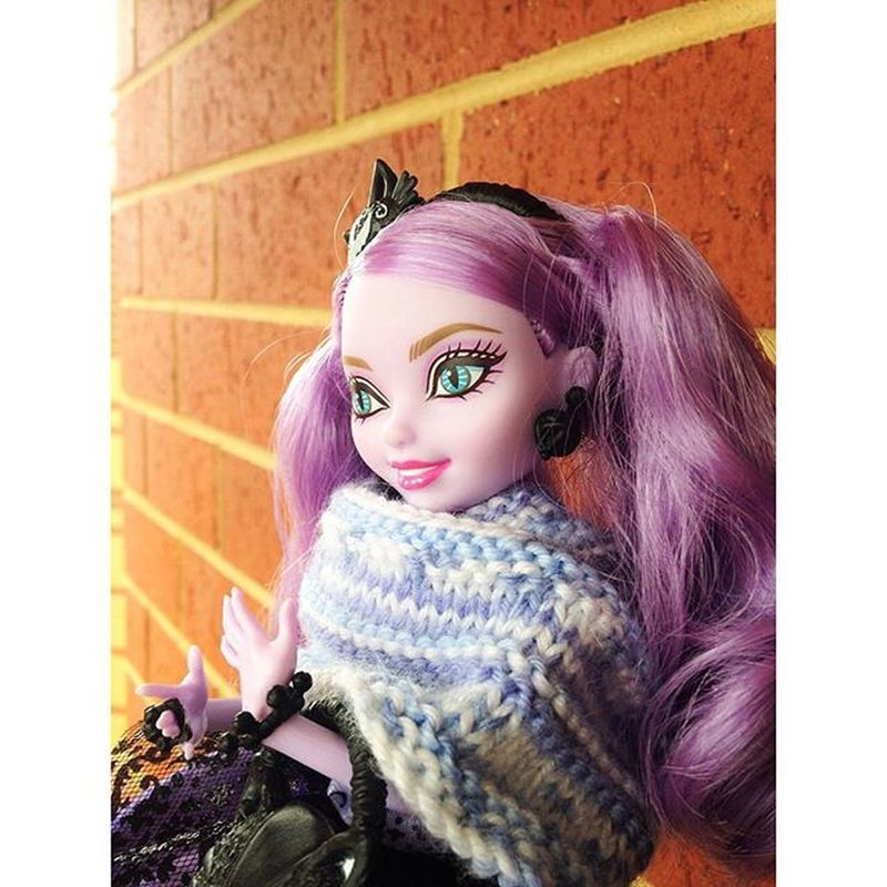 Kitty Cheshire in her warm scarf @strickycub made for her. Kitty Cheshire EverAfterHigh Eah Doll Dolls Knitting Craft