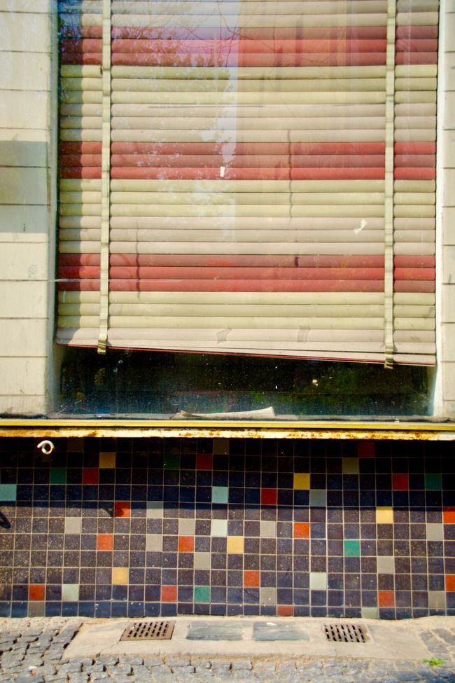 Muster Mix Colors And Patterns Building Story Windows Architecture My Eyes For Architecture Lines, Colors & Textures No People Street Photography Closed Window  Jalousie Urban Exploration Cityscapes Abstract Pattern, Texture, Shape And Form Geometric Shape Urban Geometry Backgrounds Still Life