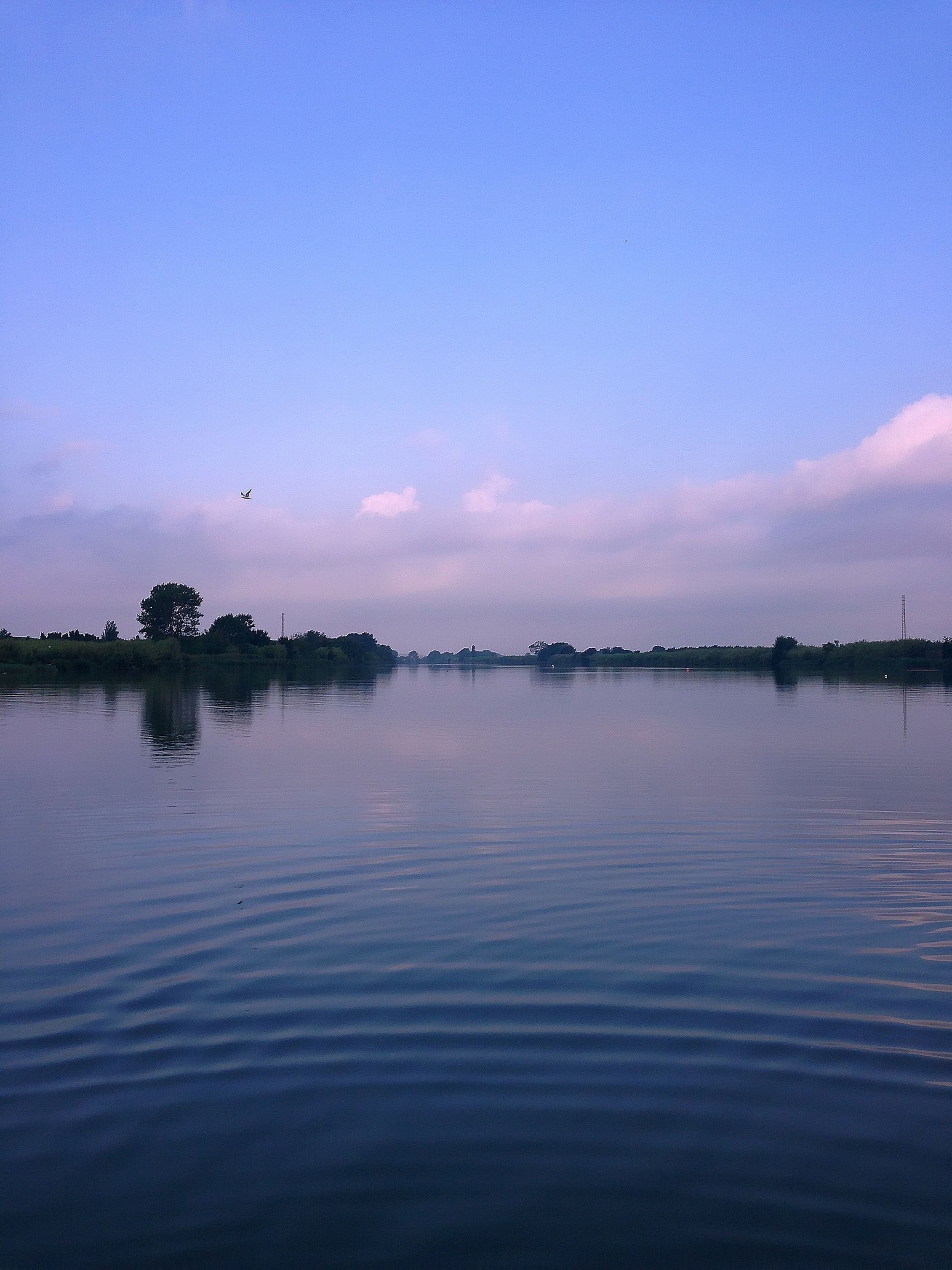 water, waterfront, tranquil scene, scenics, tranquility, sky, reflection, sunset, sea, blue, beauty in nature, rippled, nature, idyllic, lake, dusk, silhouette, calm, copy space, outdoors