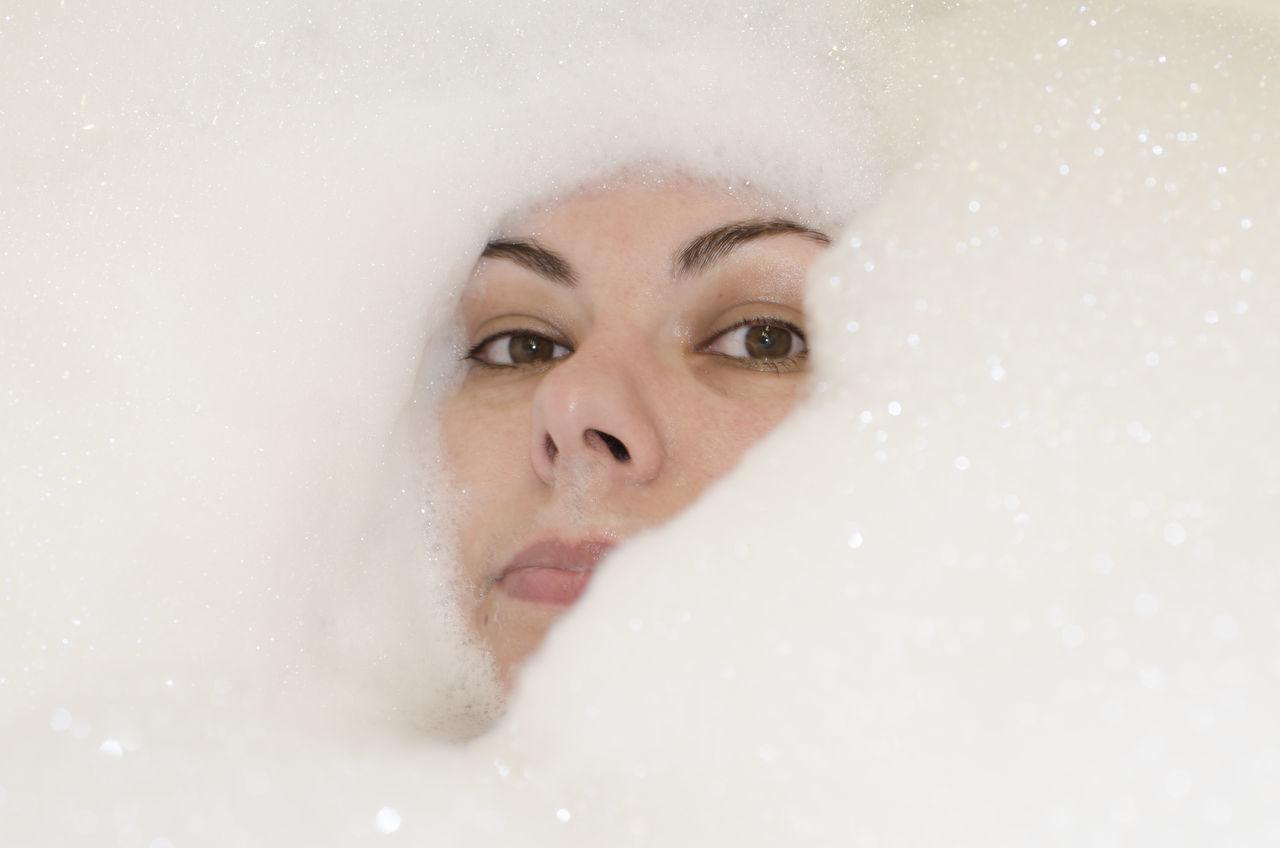Beautiful stock photos of badezimmer, 35-39 Years, Bathtub, Bubble, Close-Up