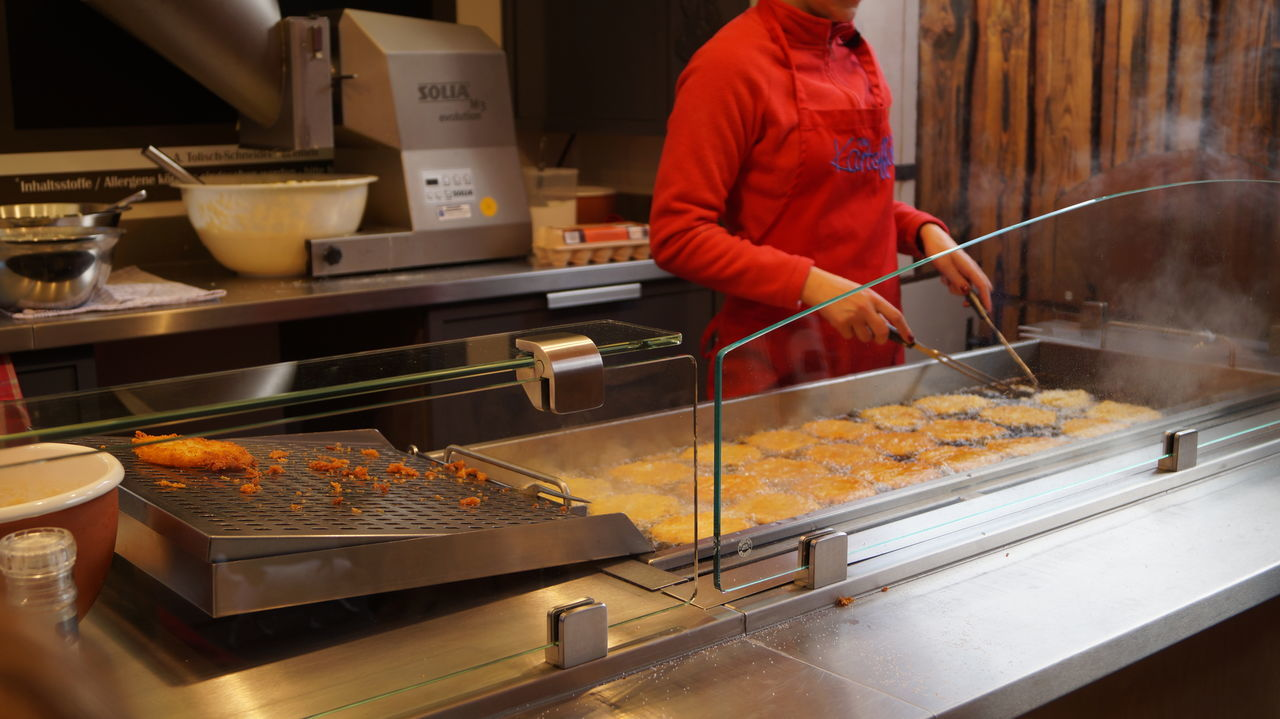 Beauty In Nature Bremen Fried Frittelle Di Mele Heat - Temperature One Person Preparation  Preparing Food Ready-to-eat Real People Working äpflel