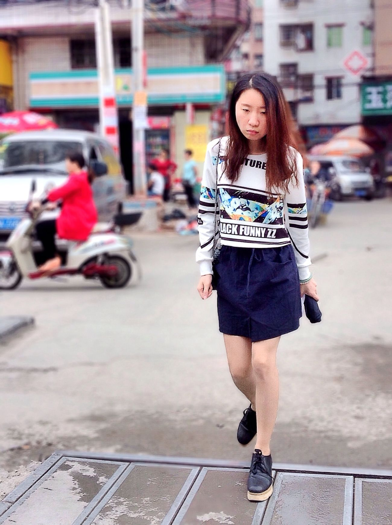 She walked over to me, holding a jujube, walking and eating, discovered that I stop to look at her, shyly hid jujube, lower the head, and couldn't help but looked up and glanced at me a few eye, just like that, and I miss... Taking Photos Streetphotography EyeEm Best Shots People Girl Chinese Girl EyeEm China Well Turned Out