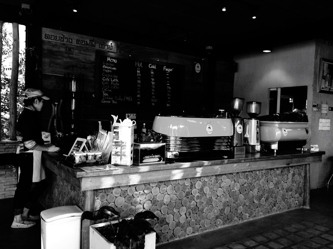 Best tasting coffee at Doi Chaang Coffee.(Pride of Thailand World Class Specialty Coffee) IPhoneography IPhoneArtism Thailand_allshots Hello World Travel Photography Blackandwhite Photography Blackandwhite Coffee Chiang Rai Iphonephotography
