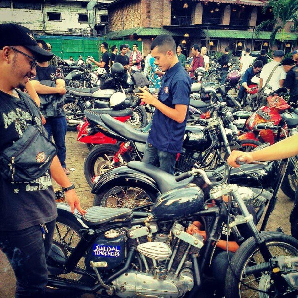 Sammy and Betsy. Getting a kick! Lawless_jkt @sam_bram Sekepalaspal13 Motoart Jakartaitukeren