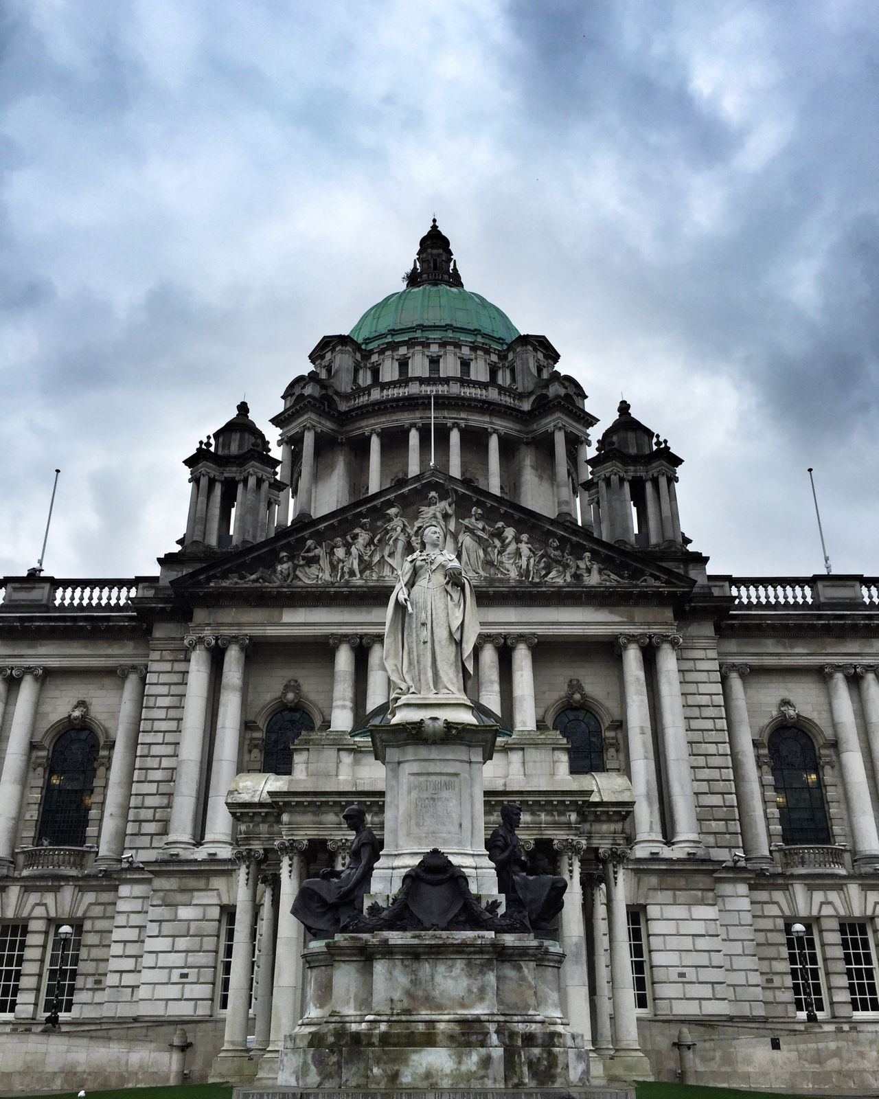 City Hall mit Königin. Belfast Northern Ireland City Hall Queen Victoria  Clouds Architecture Statue Building Exterior Sky History The Past Façade Travel Destinations Tourism Travel Built Structure Sculpture Dominant Power Politics Victorian