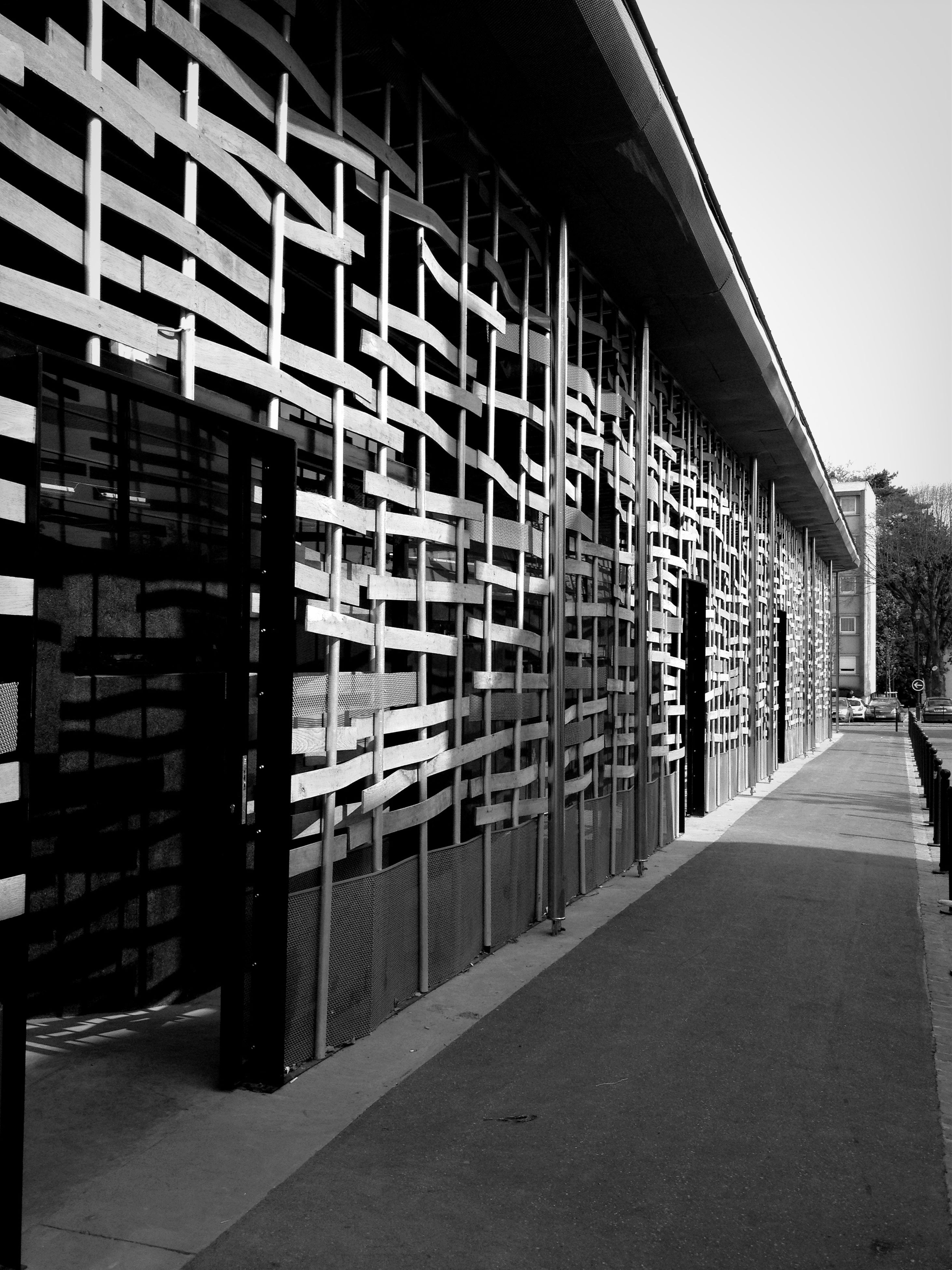 architecture, built structure, building exterior, the way forward, building, diminishing perspective, city, street, sky, residential building, residential structure, day, vanishing point, outdoors, empty, no people, window, road, in a row, long
