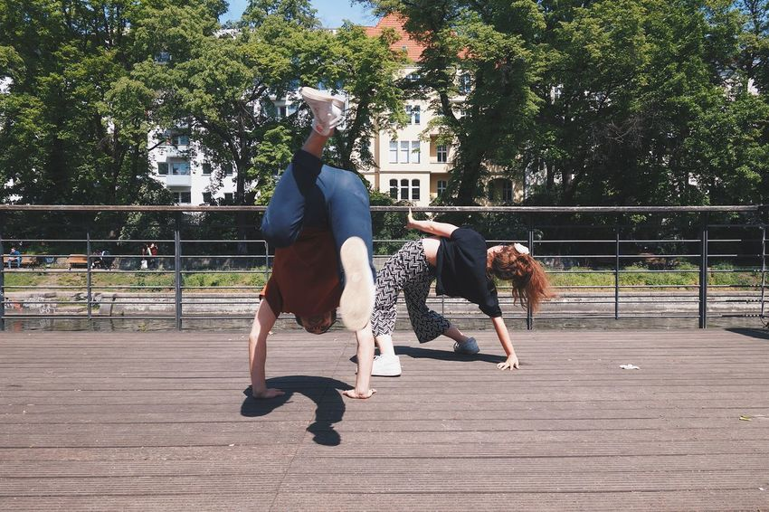 Breakdancing Casual Clothing Day Exercising Full Length Leisure Activity Outdoors Real People Skill  Two People Young Adult