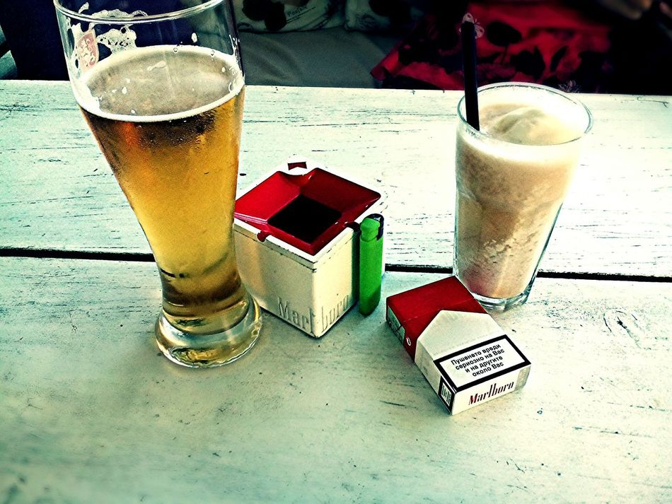 Coffiee Time Beertime Ciggarettes Marlboro Red Lighter ☺️✨❤️ Green Bar Fresh Juice Ciggarette Break Table