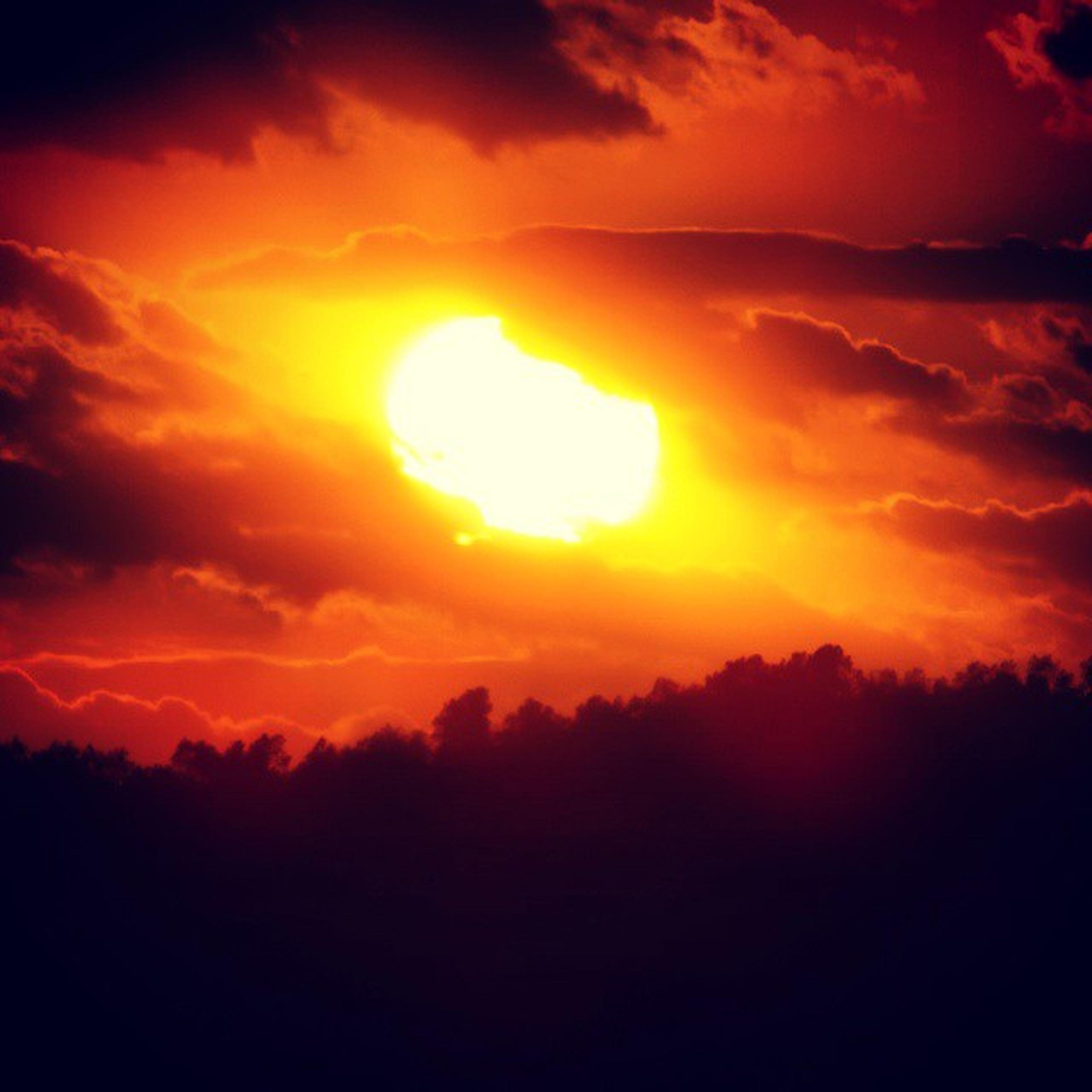 sunset, sun, orange color, scenics, beauty in nature, sky, tranquil scene, tranquility, silhouette, cloud - sky, idyllic, nature, dramatic sky, sunlight, majestic, cloud, sunbeam, cloudy, outdoors, landscape
