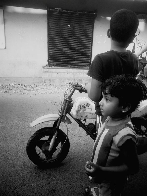 Waiting On My Way Outdoors Mean While South India On The Way Randomshot Chennai Fragility City Evening