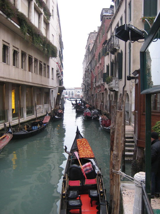 Architecture Building Exterior Built Structure Canal City Day Gondola Gondola - Traditional Boat Italy Mode Of Transport Moored Nautical Vessel No People Outdoors Residential Building Transportation Travel Destinations Venezia Venice Venice, Italy Water イタリア ヴェネチア 寒かった