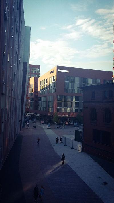 Hamburgmeineperle Hamburg Sunday In The City Häuserfassade Häuserschlucht No Clouds Sunshine Neues Viertel Von Hamburg Hafencity Hamburg Hafencity Passanten
