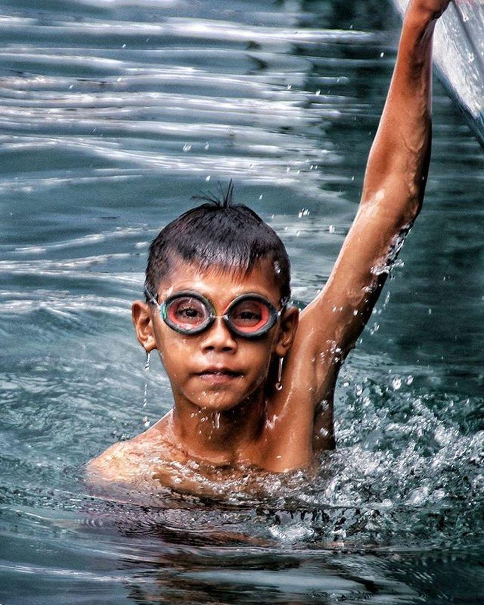 Anak suku bajo Yang lain bermain di darat, dia melayang di lautan. Lokasi : Kampung Bajo Mola, Pulau Wangi-wangi Kab. Wakatobi Yuk ikutan challange @saadduddint @kakaalbi @aakbaar_ @immarimmarr @chevrionly Instamakassar Roadto4thanniversaryinstamakassar
