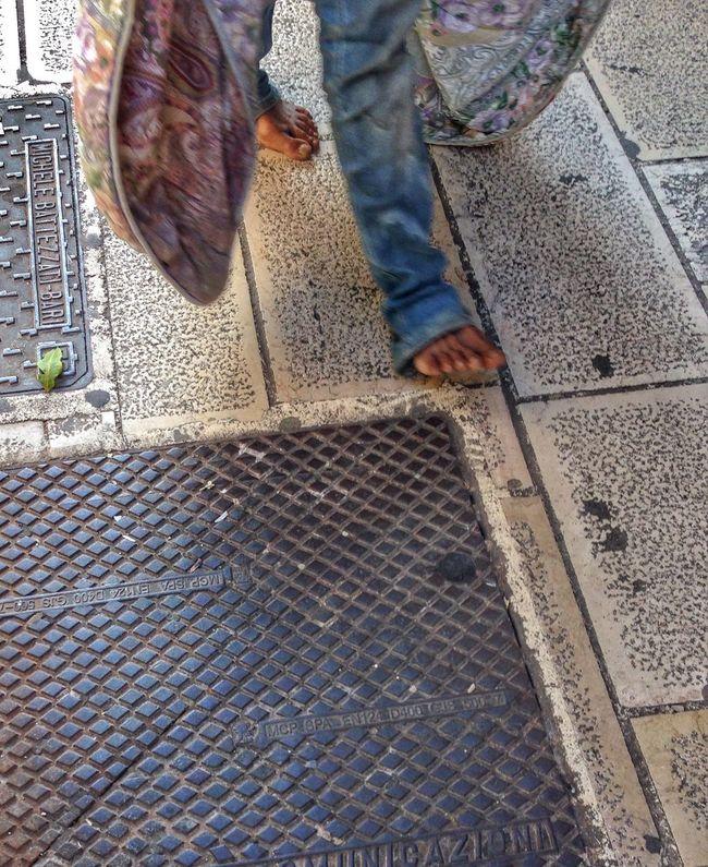 Persone Piedi Nudi Scalzi Scalzo Camminare Coperta Senzatetto Up Close Street Photography The Photojournalist - 2016 EyeEm Awards