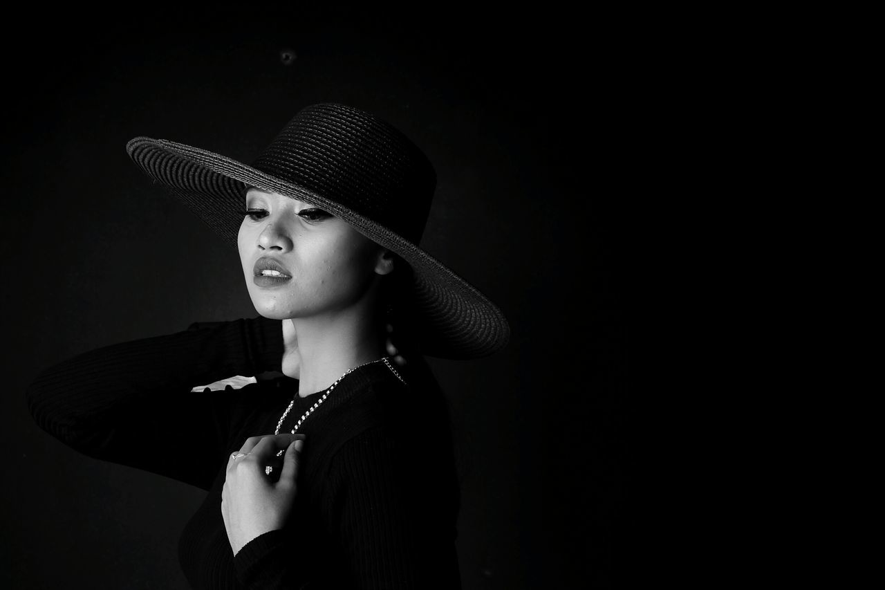 potrait Black Background Hat Vintage Photo Potrait Of Woman Potraitphotography Vintage❤