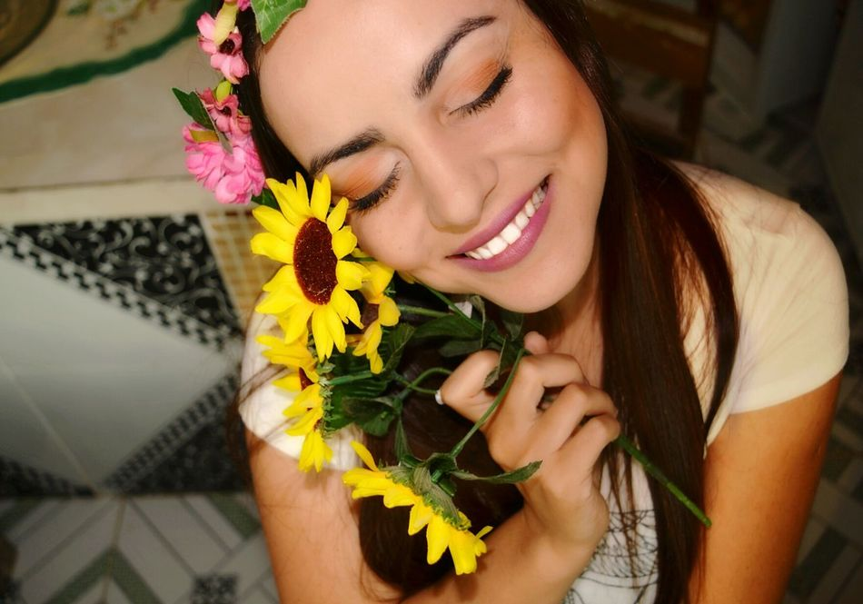 Flower Only Women Smiling Adults Only One Woman Only Adult Beauty One Person Women Headshot Lifestyles Human Face Beautiful Woman Happiness Cheerful Young Women Human Body Part Bouquet Close-up Portrait