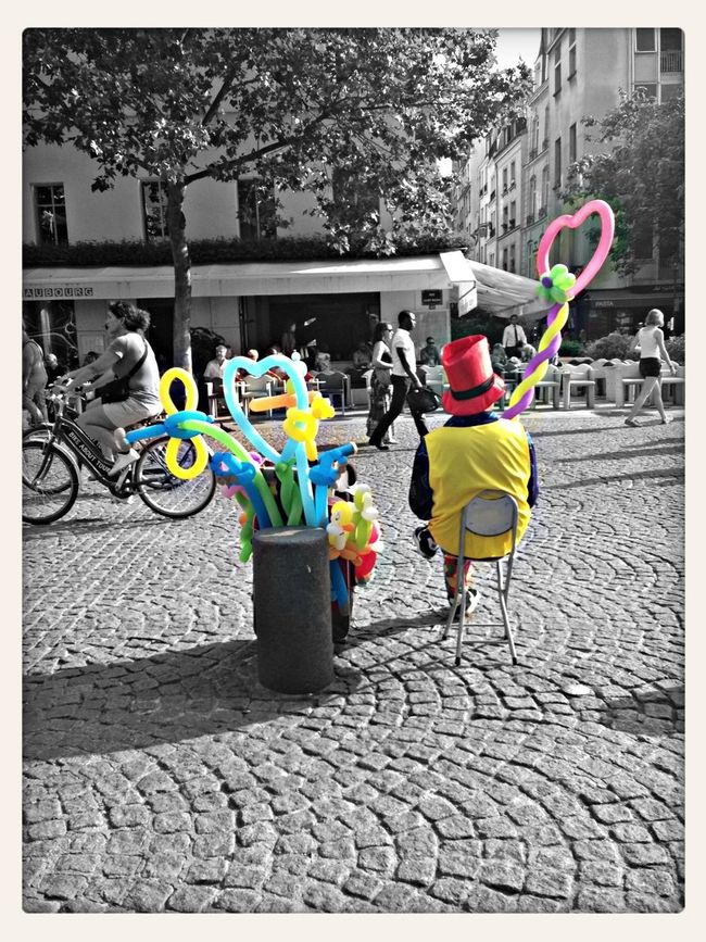 Paris Blackandwhite Colorsplash ... Le petit vendeur de bonheur