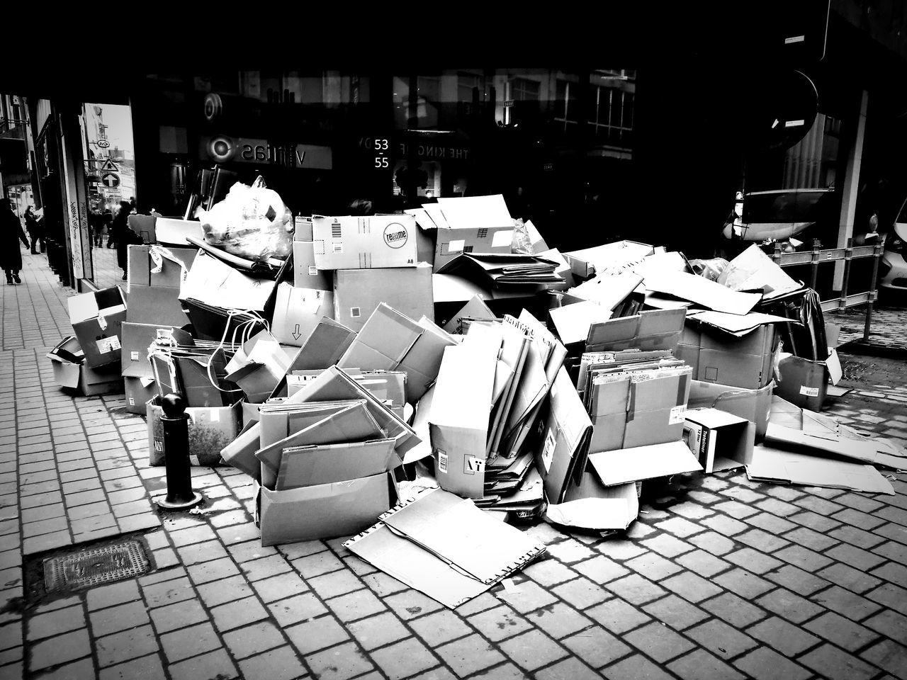 Carton Carton Box Huaweiphotography Huaweiphotography HuaweiP9 HuaweiP9 Huawei P9 Leica Bruxelles ❤ Streetphotography City Ixelles Porte De Namur Black & White Photography Ordures Société De Consommation