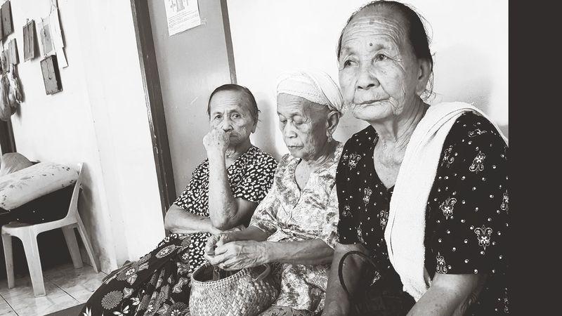 Life Women Elderly Elderly People EyeEmNewHere Eyeem Market Blackandwhite Photography Senior Citizen  Indoors  Adult Sitting People