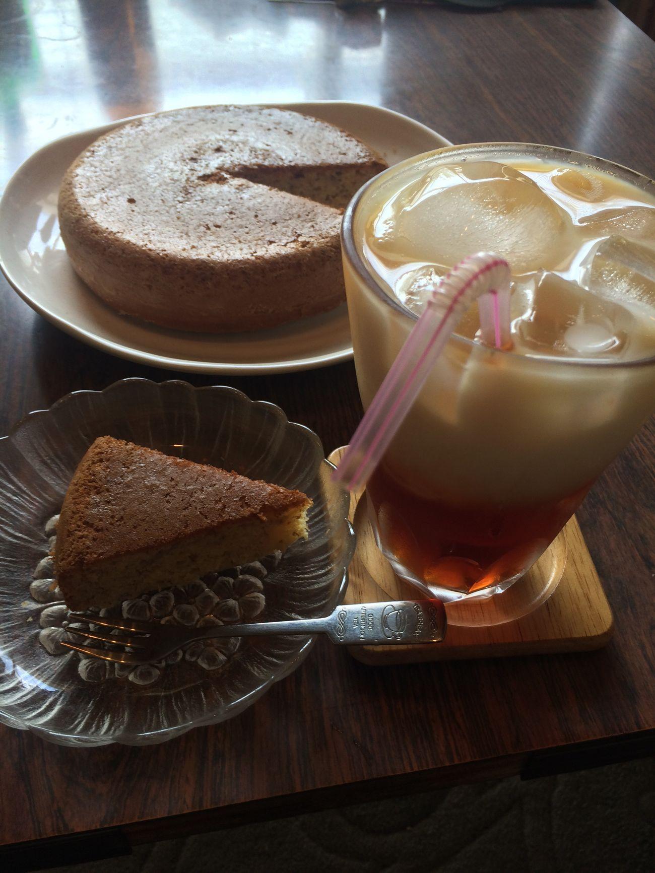 バナナシフォンケーキ焼いた。濃いめで甘めのアイスミルクティーと共に♫(⌒▽⌒) Cake Cafe Sweets ミルクティー 紅茶 Tea Food おうちカフェ カフェ ケーキ Cake Cake Milk Tea