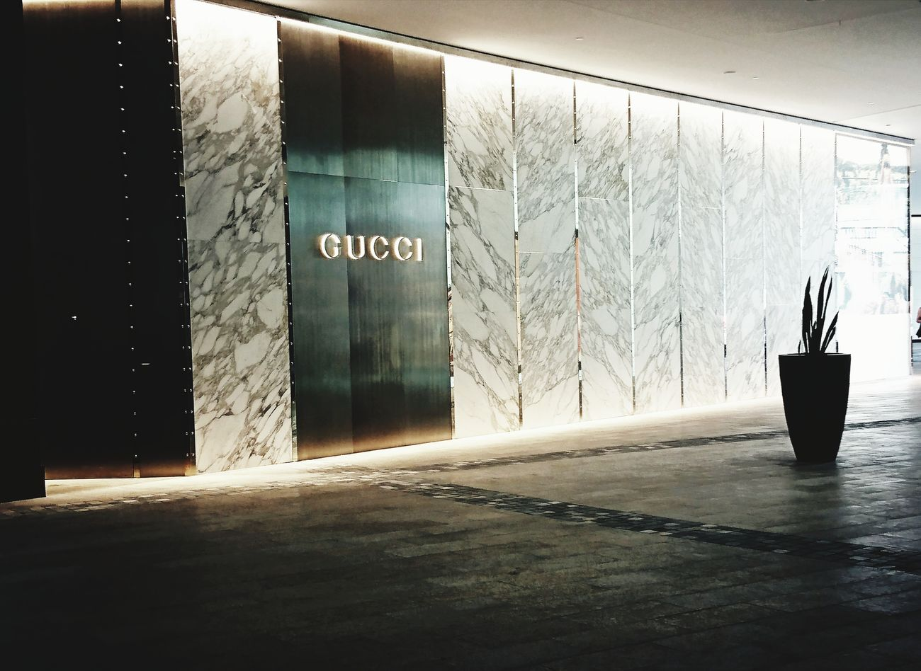 Built Structure Day No People Architecture GUCCI Shop Shopping Mall Shopping ♡ Designer  Designer Goods Modern Building Outdoors Water