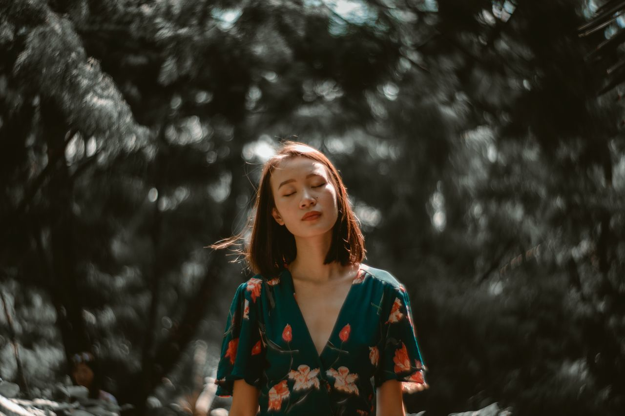 my head is bursting Only Women One Woman Only Front View Standing Women One Young Woman Only Beautiful People Portrait Photography Portrait Of A Woman Women Around The World Outdoors Nature Bokeh Clean Petzval 85 Foliage Warmth