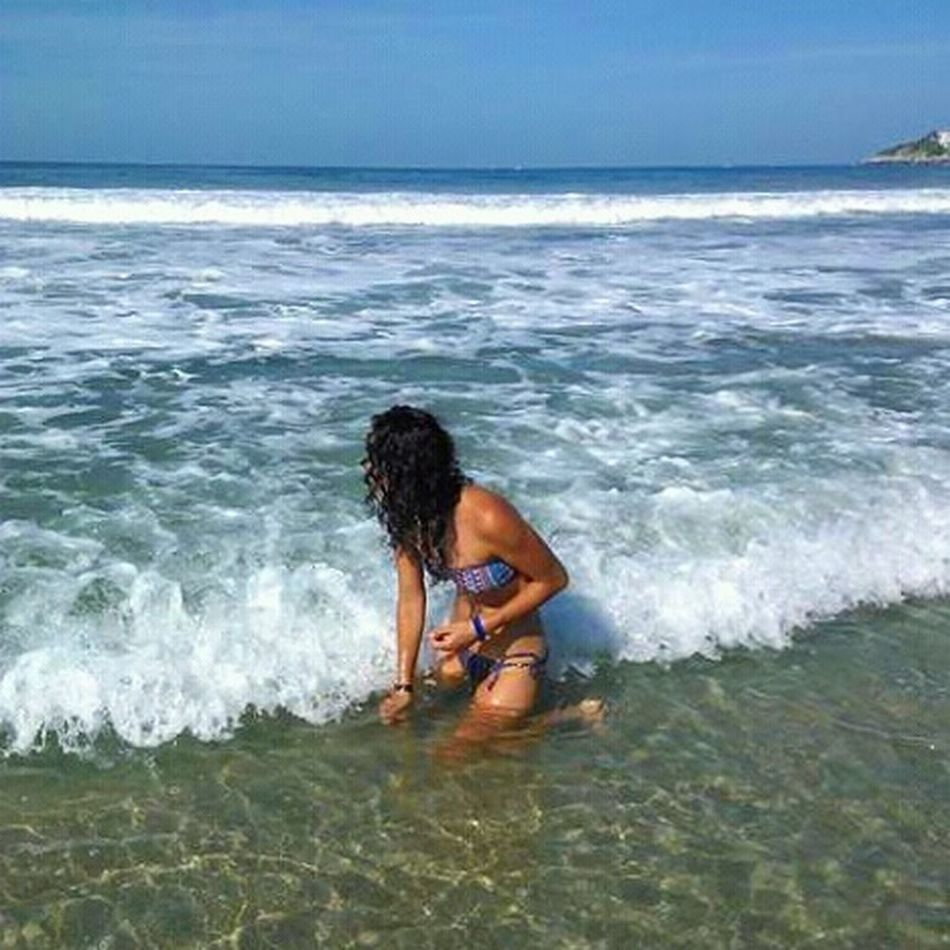 Sea Water Beach Wave One Person One Woman Only Outdoors Sand Horizon Over Water Curly Hair One Young Woman Only Sunny Day 🌞 Enjoyment Jugando Con Arena Caracolitos Sand & Sea Mare E Sole Mare Sole