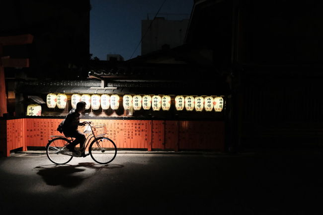 『17:54:06』 2016-10-14 Bicycle Mode Of Transport Land Vehicle Side View Night City Life Dark Person Outdoors Architecture Contrast And Lights Street Photo Street Style From Around The World Stree Photography Street Art/Graffiti Street Focus On Foreground Hello Word City Street Streetphotography City City Life Lifestyles In Front Of