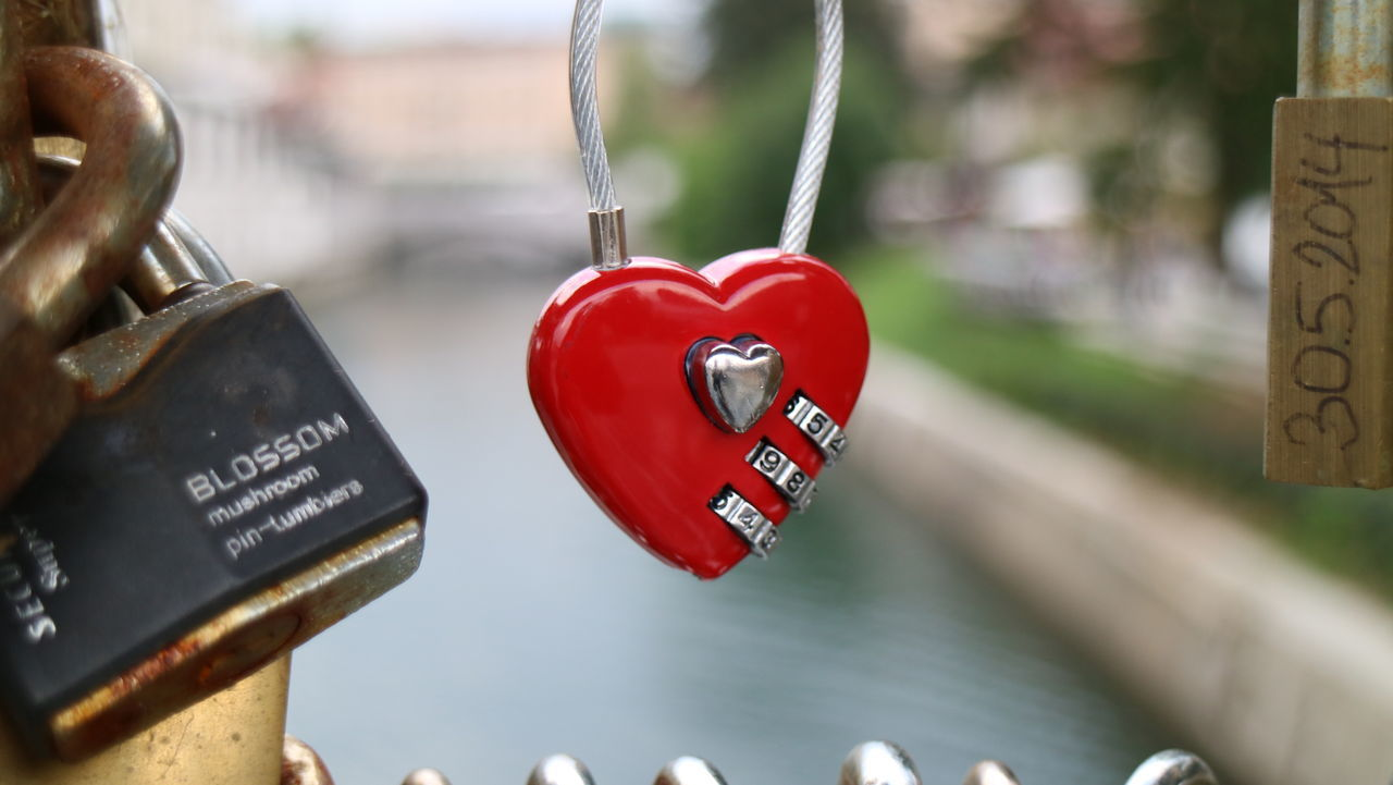 Close-up Day Focus On Foreground Hanging Herz Large Group Of Objects Liebe Liebesbeweis Love Luck No People Outdoors Padlock Red Retail  Rot Schloss Symbol Text Vibrant Color