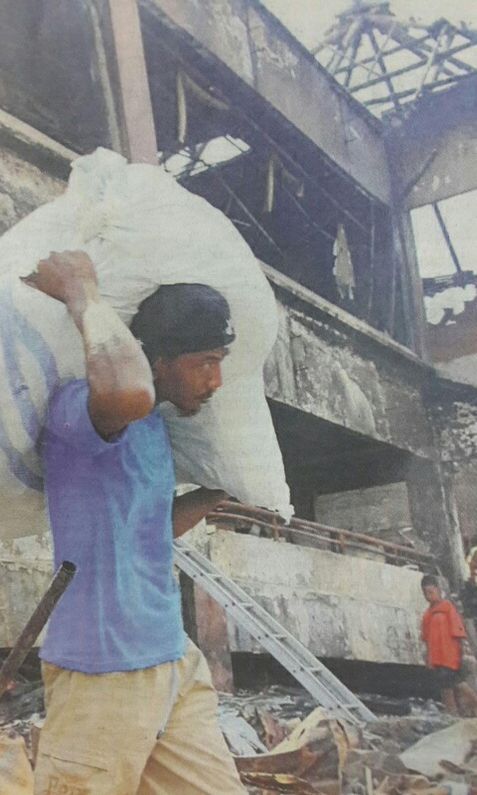 "Capturing original picture (Kompas/Harry Susilo) on page 26th of Kompas Daily Newspaper (10/2/15) had titled ""Pasar Baru Cikarang Ludes Terbakar"". Pedagang Kebakaran Korsleting Listrik"