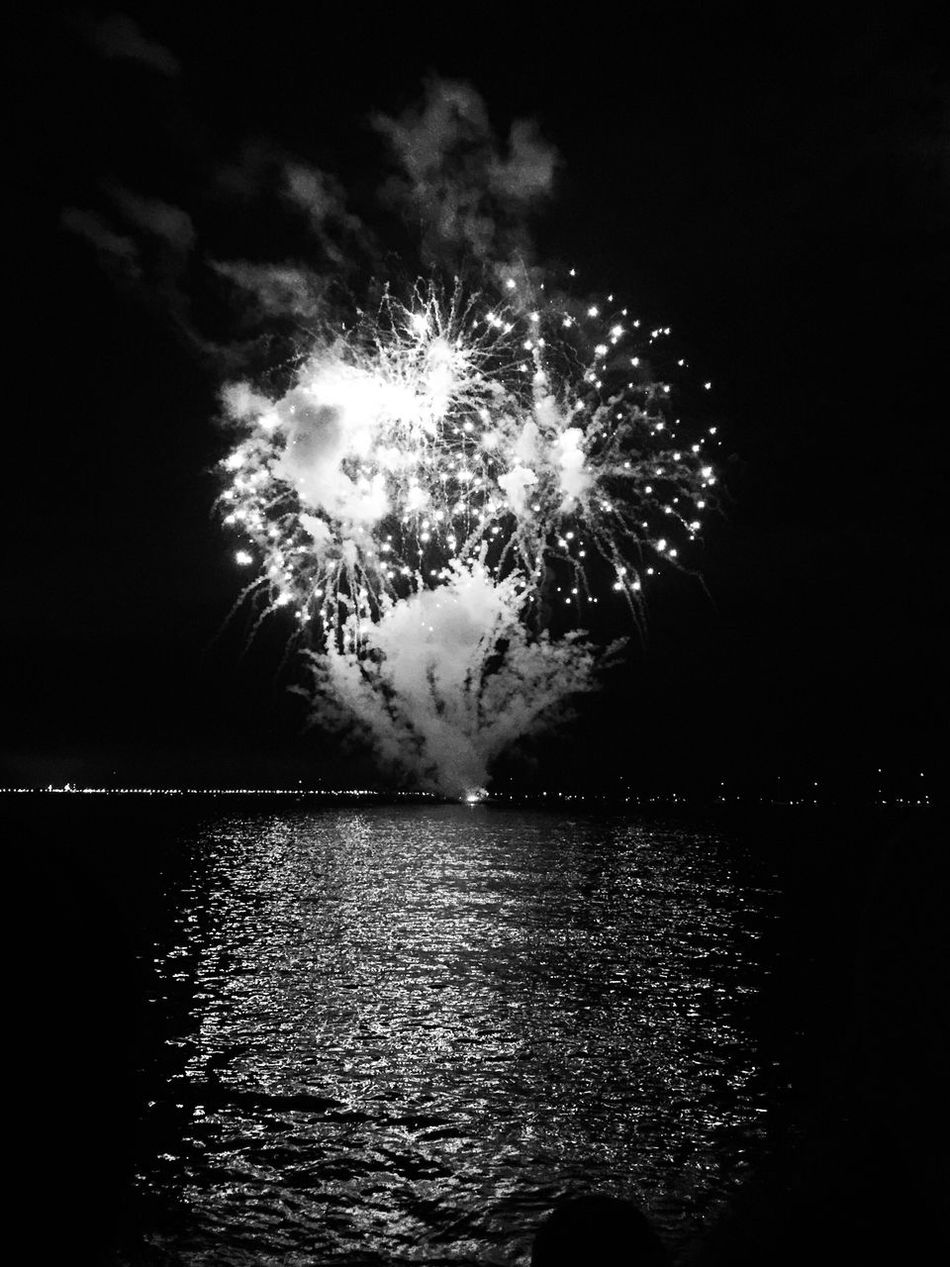 Noir et blanc Bnw_friday_eyeemchallenge Bnw_collection Bnw_reflection Celebration Night Bnw_captures Bnw_life Shootermag