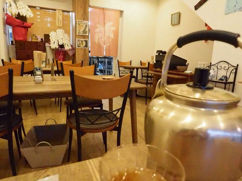 Kyoto Japan Kujyo Mameya Tofu Ramen Noodle Storeinterior Yakan Tea Olympus PEN-F 京都 日本 九条 東寺近辺 豆八 おとうふラーメン ラーメン 豆腐 店内