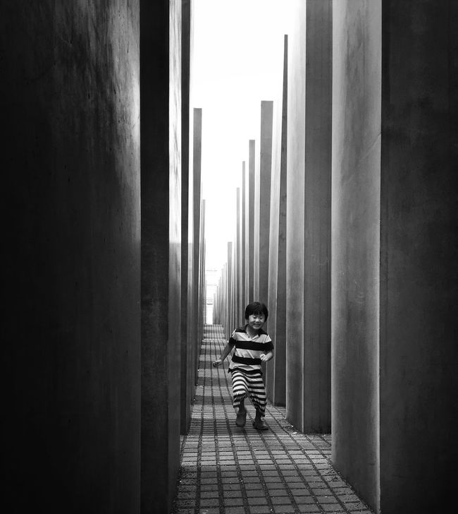 Hide And Seek Streetphotography Berlin Mpro Blackandwhite Mobilephotography.de The Street Photographer - 2016 EyeEm Awards