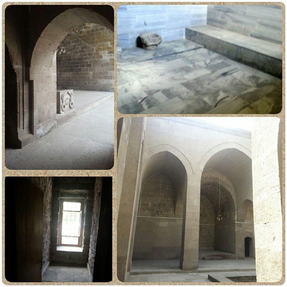 Sağ üstteki o küçük odalarin birinden girilen genişçe bir hamam 1206 yılında inşa edilen bu kompleksin şaşası o zamanko medeniyetin güzel bir örneği Sel çuklu Gevhernesibe G ıyasettin Seljukturk
