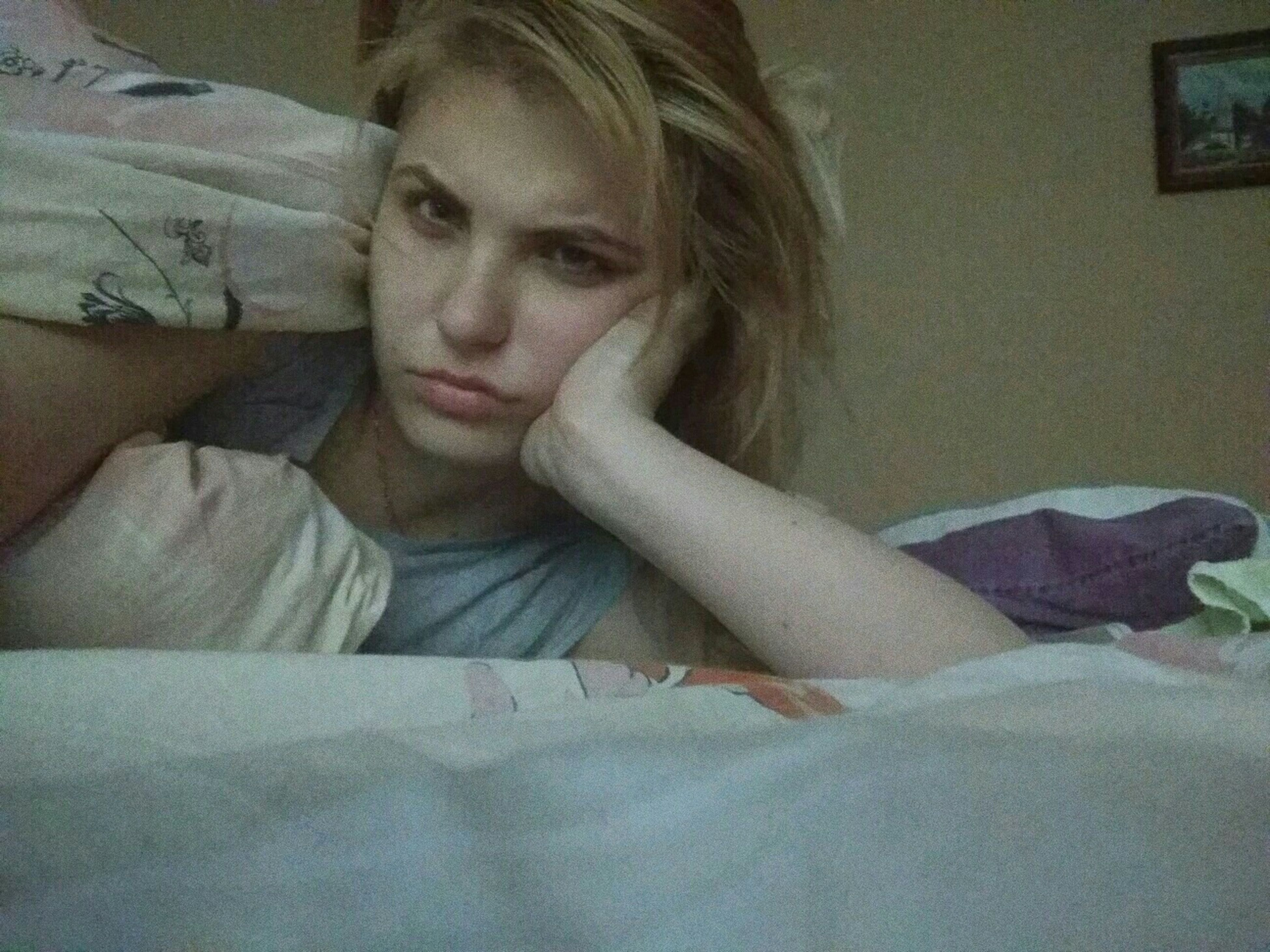 one person, indoors, tensed, depression - sadness, disappointment, worried, home interior, young adult, real people, young women, distraught, sitting, women, bed, close-up, portrait, blond hair, bedroom, relationship difficulties, day, people