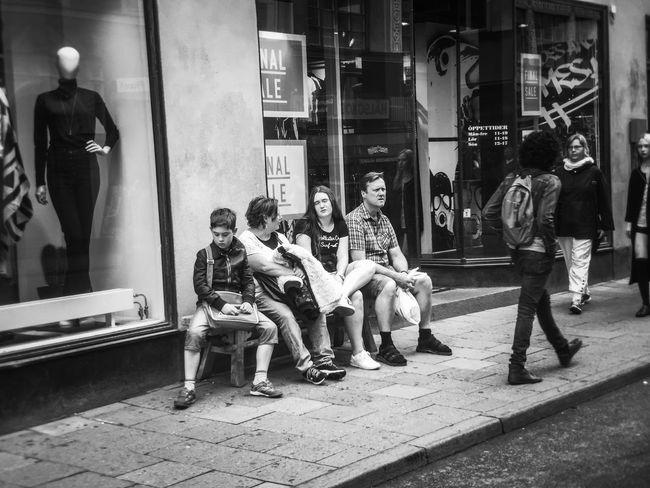 Resting family Have A Break Family Streetphotography Streetphoto_bw EyeEm Stockholm People Watching Peoplephotography Scène De Vie Traveling Pessoas