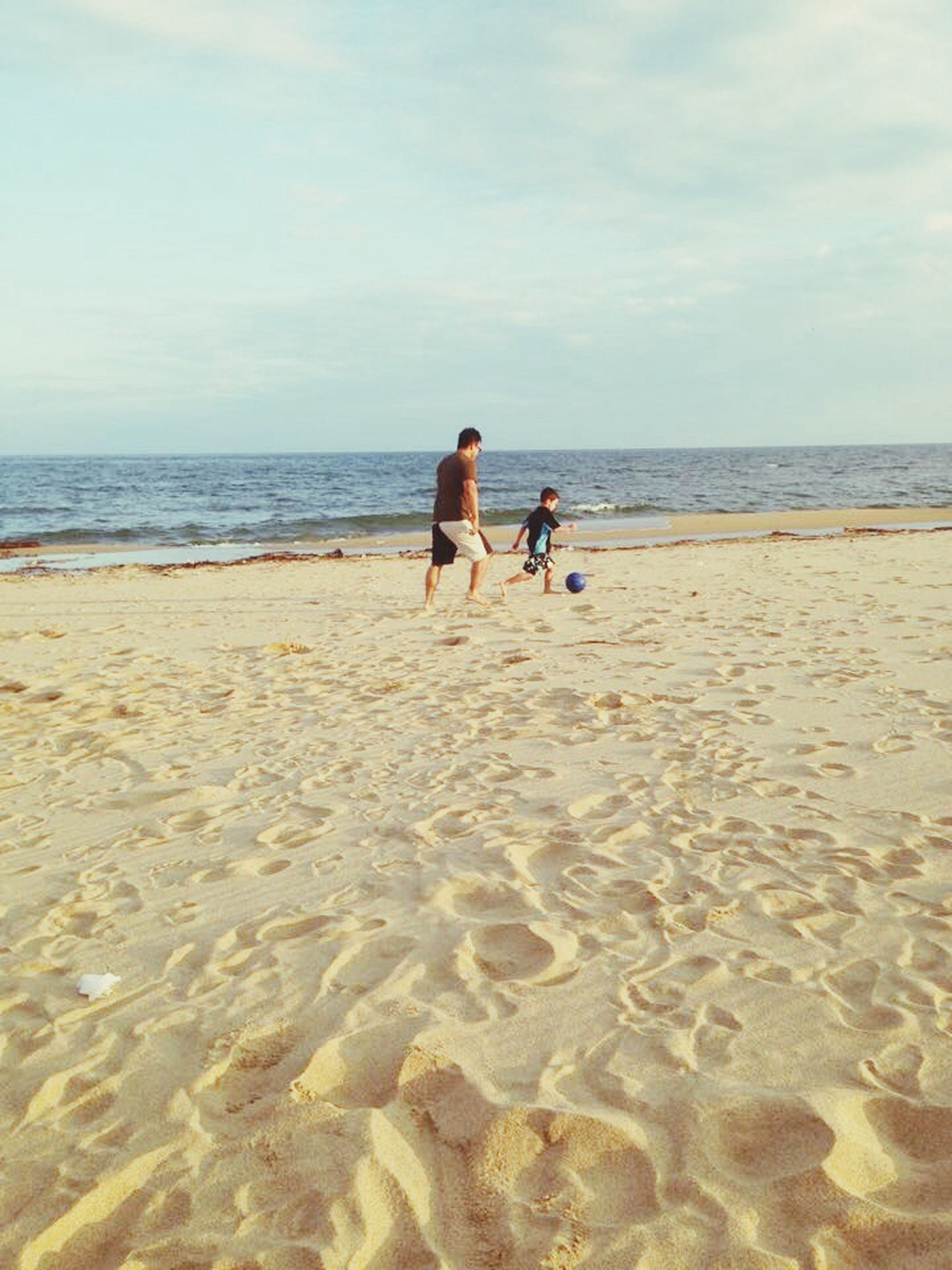 beach, sea, horizon over water, water, sand, shore, sky, leisure activity, vacations, lifestyles, tranquility, scenics, tranquil scene, rear view, beauty in nature, nature, full length
